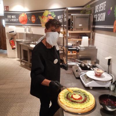 Medi-Cheval® Mehrweg-Gesichtsmaske als Koch in der Küche zur Vorbereitung für die Kuchentheke