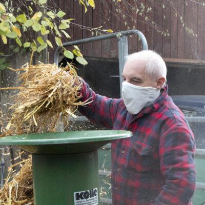 Medi-Cheval® Mehrweg-Gesichtsmaske beim Stroh Häckseln