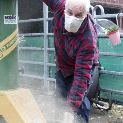 Medi-Cheval® Mehrweg-Gesichtsmaske als Staubmaske beim Häcksler bedienen